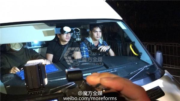 Xe y tế và đoàn xe hộ tống đưa Lưu Đức Hoađến bệnh viện.