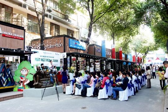 Đường sách Nguyễn Văn Bình tất bật chuẩn bị chào mừng năm mới.