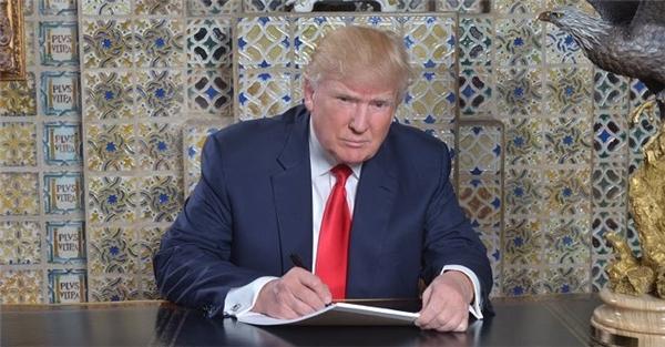 Tổng thống đắc cử Donald Trump viết diễn văn nhậm chức tại Nhà Trắng. Ảnh: Twitter.