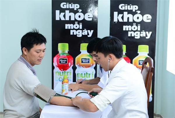 Người lao động hào hứng tham gia khám bệnh và nhận thuốc miễn phí từ chương trình.