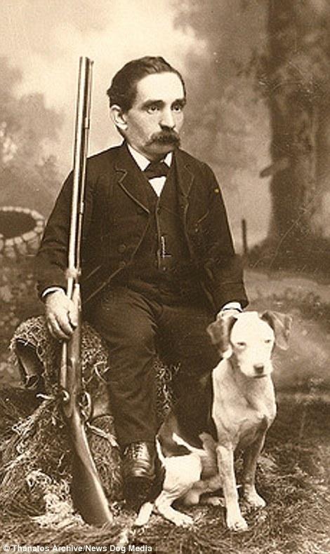 """Người đàn ông trong ảnh nổi tiếng với danh """"Thợ Săn lùn"""" vào những năm 90 của thế kỉ 19."""