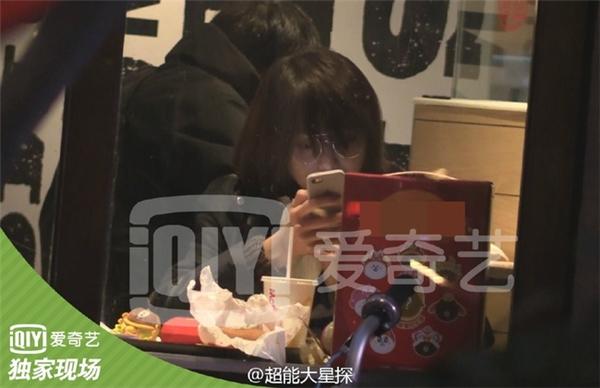 Nữ diễn viêntới cửa hàng đồ ăn nhanh và dùng bữa tối.