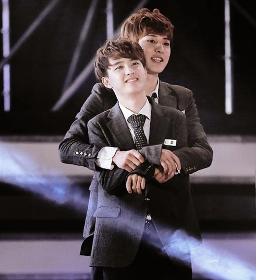 D.O lọt thỏm giữa vòng tay Chan Yeol vô cùng đáng yêu.