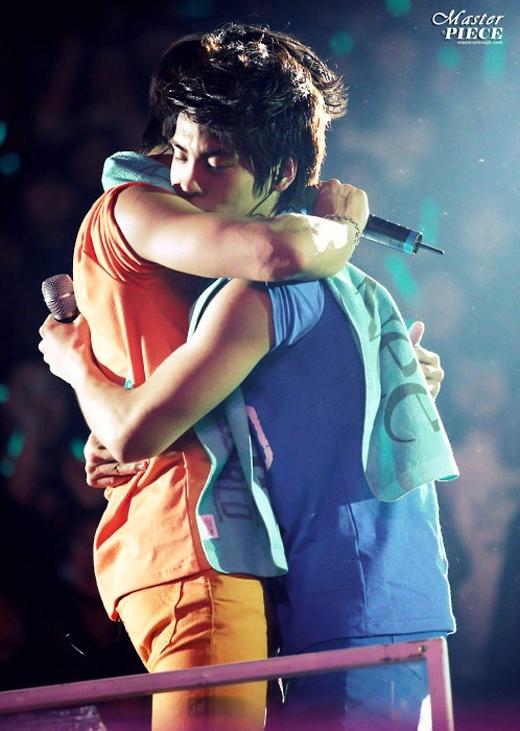 Cái ôm chặt trên sân khấu thể hiện tình cảm thân thiết làm fans la hét khản cổ vì phấn khích.