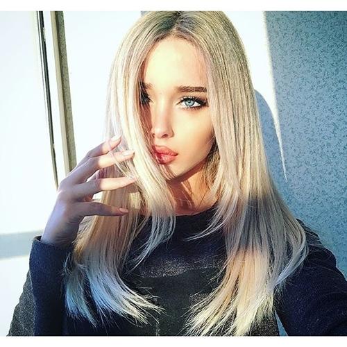 Nàng mẫu 20 tuổi gây chú ý với mái tóc bạch kim và đôi môi dày gợi cảm.
