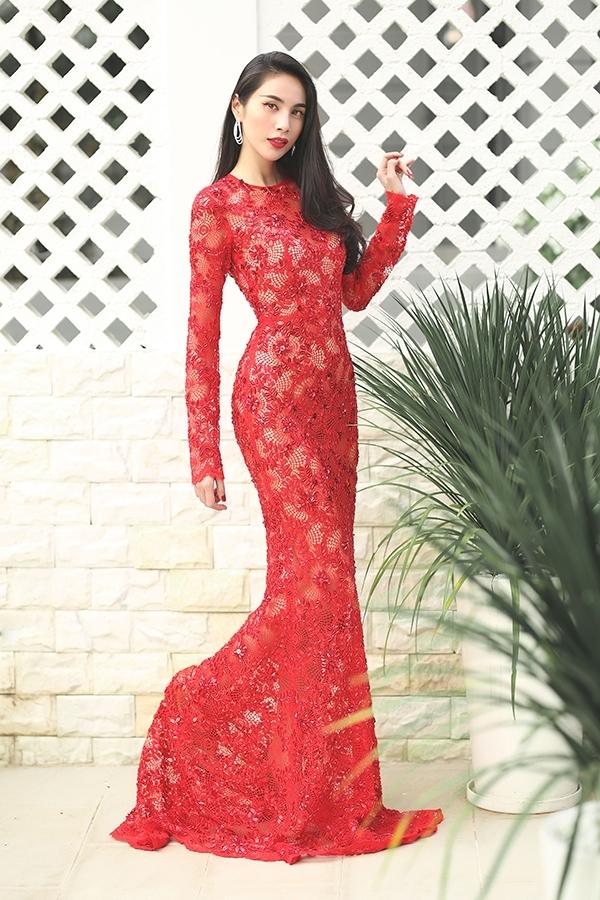 Thủy Tiên rực rỡ với sắc đỏ qua dáng váy xòe điệu đà hay thiết kế xuyên thấu gợi cảm, tôn đường cong triệt để. Càng ăn mặc đơn giản, bà mẹ một con trông càng thu hút, thời thượng hơn hẳn.