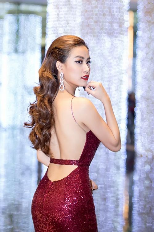 Hoàng Thùy Linh lại chọn tông đỏ rượu khi tham gia một đêm tiệc với chất liệu ánh kim nổi bật.