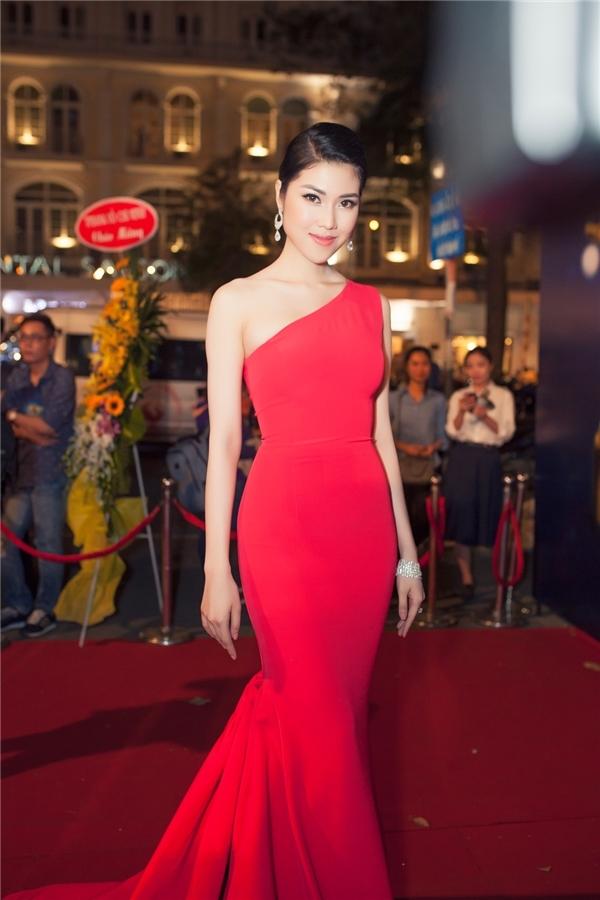 Mỹ nhân Việt rạng rỡ với váy áo đỏ rực háo hức đón năm mới