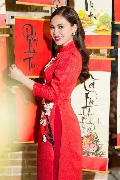 Họa tiết hoa đào màu trắng hồng nổi bật lên trên chiếc áo dài màu đỏ của Giang Hồng Ngọc.