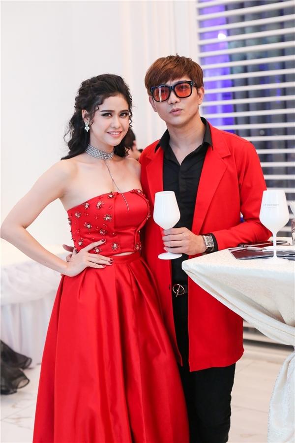 Cặp đôi Tim, Trương Quỳnh Anh trở thành tâm điểm của một đêm tiệc thời trang với trang phục sử dụng màu đỏ làm chủ đạo.