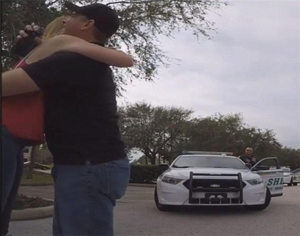 Khiến người yêu chết khiếp với màn cầu hôn nhờ đến cảnh sát