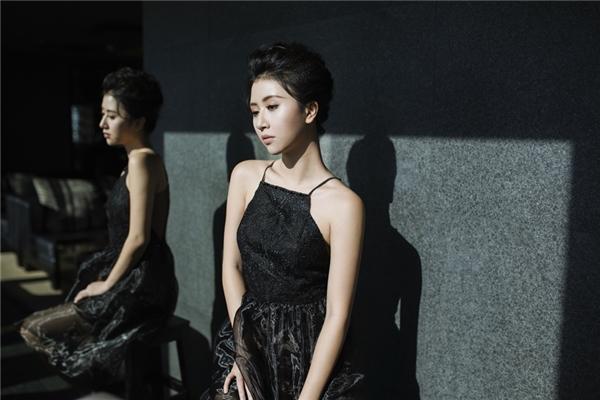 """Nổi tiếng từ vẻ dễ thương trong """"bộ ba sát thủ"""", sau nhiều năm xây dựng hình ảnh, Quỳnh Anh Shyn cũng được biết đến là một beauty blogger chuyên review mĩ phẩm và hướng dẫn các kĩ năng trang điểm trên mạng xã hội, đồng thời là một trong những mẫu ảnh sáng giá và triển vọng tại Hà Nội."""