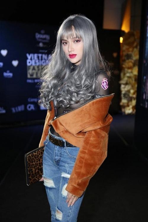 """""""Nóng mắt"""" trước loạt váy áo khoe vòng 1 gợi cảm của Hương Giang Idol"""