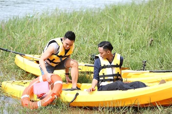 Cả 3 đội cử 2 thành viên chèo thuyền kayak để nhặt từng sản phẩm cho bữa ăn tối.