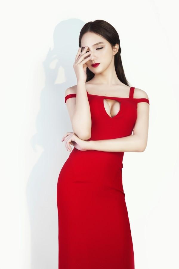 """Hương Giang Idol luôn khiến người đối diện phải """"đỏ mặt, tía tai"""" trước những trang phục hở bạo, khoe trọn đường cong gợi cảm, quyến rũ của mình."""