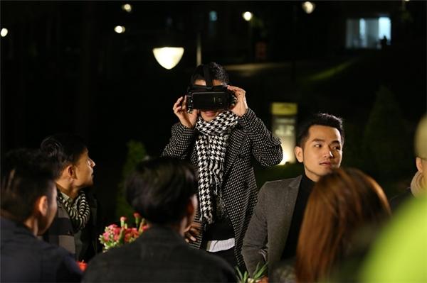 Giám khảo Adrian Anh Tuấn vô cùng thích thú khi xem lại sản phẩm của cả 3 đội với góc hình 360 độ thật đến từng cảm xúc.