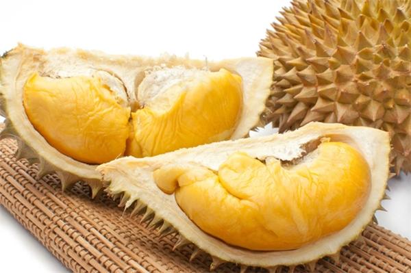 Sầu riêng là một loại trái cây độc đáo không chỉ với lớp vỏ đầy gai nhọn mà còn có mùi vị cực đặc trưng khiến kẻ yêu - người ghét.