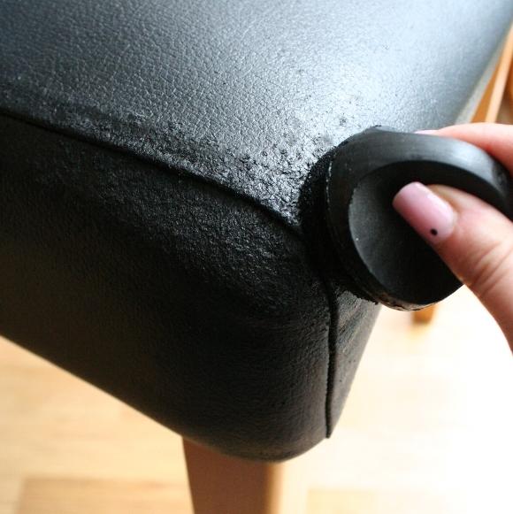 Che đậyvết xước trên sofa bọc da: Chỉ dần dùng xi đánh giày chà lên những chỗ trầy xước trên mặt da, nó sẽ lại trông như mới.