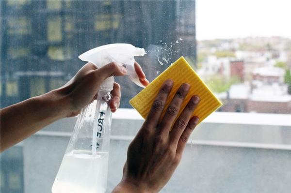 Cách lau sạch mặt kính: Pha hỗn hợp gồm nước và giấm theo tỷ lệ 1:1 và dùng nó làm nước lau kính. Nếu thích không gian có mùi thơm, ban có thể nhỏ vào đó vài giọt dầu thơm tùy ý. Hoặc nếu bạn không ngại vừa làm vừa khóc thì dùng một củ hành tây cắt đôi rồi chà lên mặt kính, nó hiệu quả hơn bất kỳ hỗn hợp lau chùi nào khác.