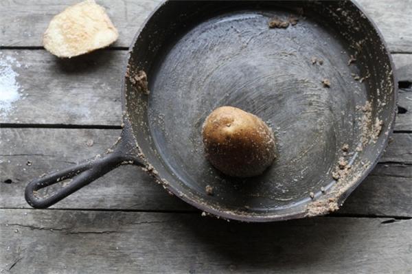 Cách loại bỏ lớp gỉ sét trên chảo sắt: Rưới muối ăn vào trong lòng chảo, sau đó cắt đôi một quả khoai tây rồi dùng nó để kỳ cọ chảo. Sau vài phút, bạn sẽ thấy lớp gỉ sét bị bong tróc ra toàn bộ, sau đó dùng xà phòng rửa sạch lại một lần nữa. Để cho chiếc chảo không còn bị gỉ sét nữa, sau khi rửa sạch chảo, lau chảo thật khô rồi cho vào đó một ít dầu ăn, dùng khăn giấy lau cho lớp dầu ăn này bám trên toàn bộ mặt chảo. Cuối cùng đặt lên bếp, vặn lửa nhỏ, để khoảng 30 phút, lớp dầu này sẽ bám vào mặt chảo và chảo sẽ không còn gỉ sét nữa.