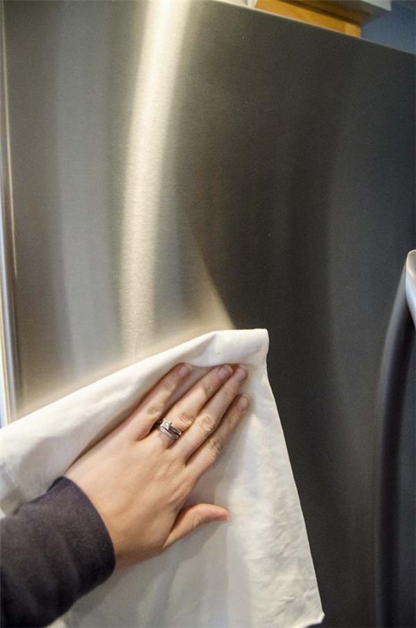 Đánh bóng đồ dùng làm bằng thép không gỉ: Dùng khăn mềm hoặc bông gòn tẩm dầu dưỡng da em bé (baby oil) rồi lau chùi lên đồ dùng. Chúng sẽ trở nên sáng bóng.
