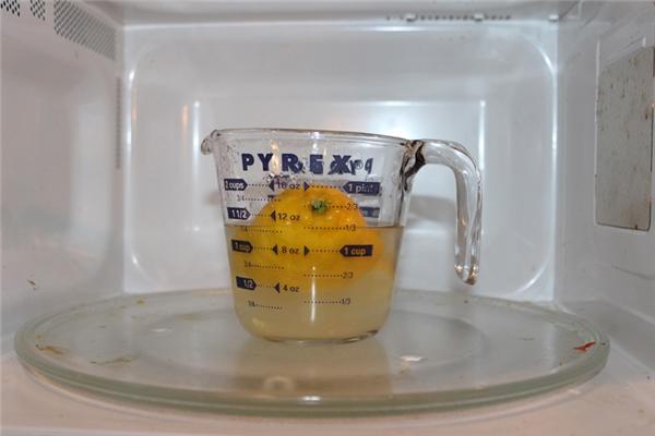 Vệ sinh lò vi sóng: Cho ½ cốc nước lọc vào một chiếc tô, sau đó vắt vào đó một quả chanh cỡ lớn rồi cho cả vỏ vào tô. Đặt tô vào lò rồi cho quay trong vòng 3 phút giống như bạn hâm đồ ăn bình thường. Khi lò tắt, để yên trong 5 phút nữa rồi mới mở cửa. Lúc này hãy dùng một chiếc khăn nhẹ nhàng lau sạch phía bên trong lò, mọi vết bẩn của thức ăn bám vào đó đều sẽ bong tróc dễ dàng.