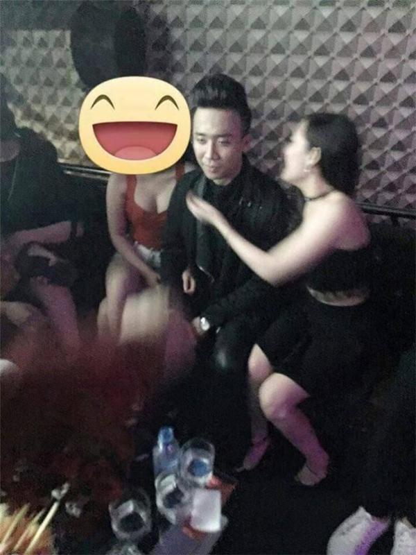 Vẻ mặt thiếu tự nhiên của Trấn Thành khi chụp ảnh cùng hai cô gái diện đồ nóng bỏng trong quán karaoke. - Tin sao Viet - Tin tuc sao Viet - Scandal sao Viet - Tin tuc cua Sao - Tin cua Sao