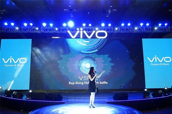 Năm 2017, Vivo tiếp tục trình làng giới công nghệ smartphone Vivo V5 Plus với bộ đôi camera trước 20MP đầu tiên trên thế giới. Bà Bích Ngọc nhấn mạnh, với việc ra mắt Vivo V5 Plus, mục tiêu của Vivo sẽ lọt vào top 5 nhà sản xuất smartphone hàng đầu Việt Nam trong năm 2017.
