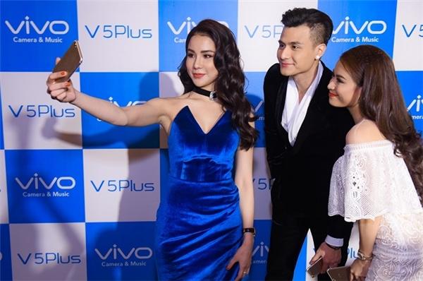 Sự kiện ra mắt Vivo V5 Plus còn có sự tham gia của ca sĩ, diễn viên Diệp Lâm Anh và siêu mẫu Vĩnh Thụy.