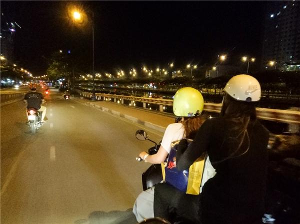 Hồ Ngọc Hà giản dị ngồi xe máy đi trao quà lúc nửa đêm - Tin sao Viet - Tin tuc sao Viet - Scandal sao Viet - Tin tuc cua Sao - Tin cua Sao