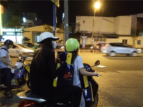 Để tiện việc di chuyển và để mọi người không chú ý, chuyến đi bắt đầu gần nửa đêm, Hồ Ngọc Hà chọn phương tiện xe máy, bịt kín khẩu trang. - Tin sao Viet - Tin tuc sao Viet - Scandal sao Viet - Tin tuc cua Sao - Tin cua Sao