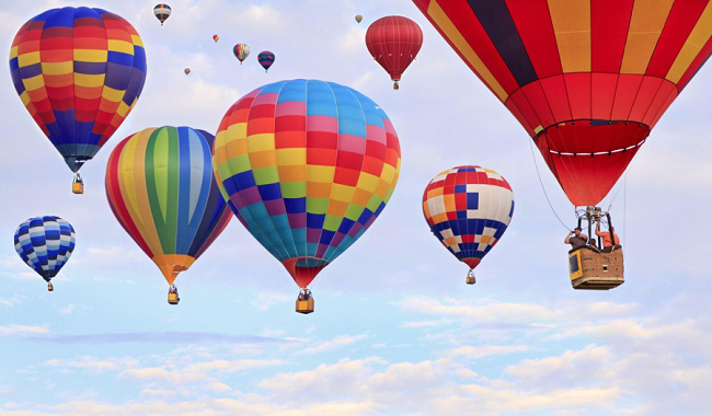 17 Khinh khí cầu các loại cùng 40 phi công đến từ các nước sẵn sàng phục vụ du khách khám phá và bay cùng tại Đầm Sen từ mùng 1 – mùng 8 Tết (trừ Mùng 6 Tết).