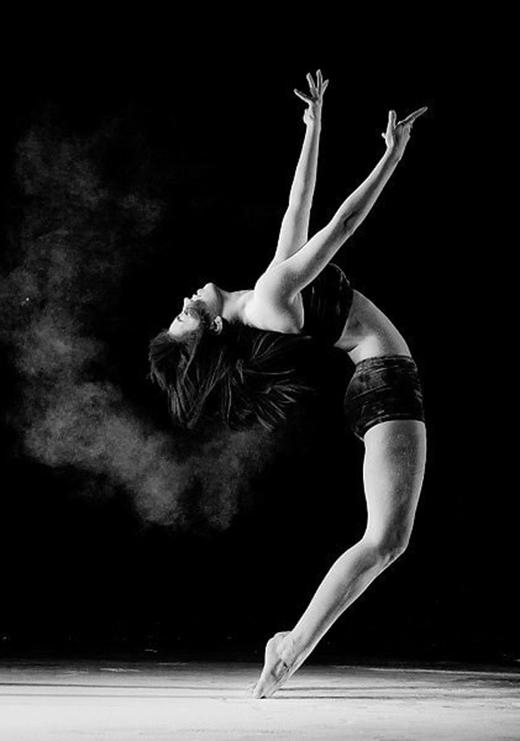 Lạ lùng nữ vũ công xinh đẹp bội phần nhờ... vết bớt dị dạng