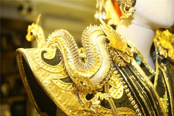 Mỗi bộ trang phục nặng hơn 10kg, có hơn 1.000 chi tiết được kết hợp để tạo nên bộ trang phục và chiếc mão đi kèm. Rất nhiều chất liệu được kết hợp là sequin, gấm, the, da, những vật trang trí bằng kim cương nhân tạo, đồng, pha lê, đá thiên nhiên… để tạo tổng thể cho váy và phụ kiện cho bộ sưu tập Vũ khúc phượng rồng. - Tin sao Viet - Tin tuc sao Viet - Scandal sao Viet - Tin tuc cua Sao - Tin cua Sao