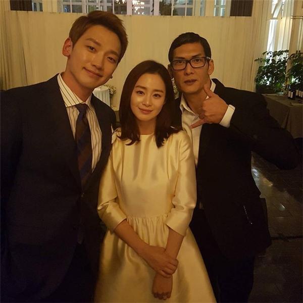 Rain và Kim Tae Hee giản dị sau bữa tiệc