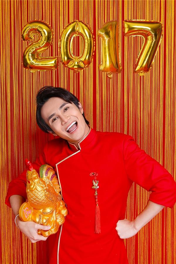 Bên cạnh bộ trang phục Táo quân, Huỳnh Lập cũng diện một bộ áo dài sắc đỏ nổi bật, thu hút.