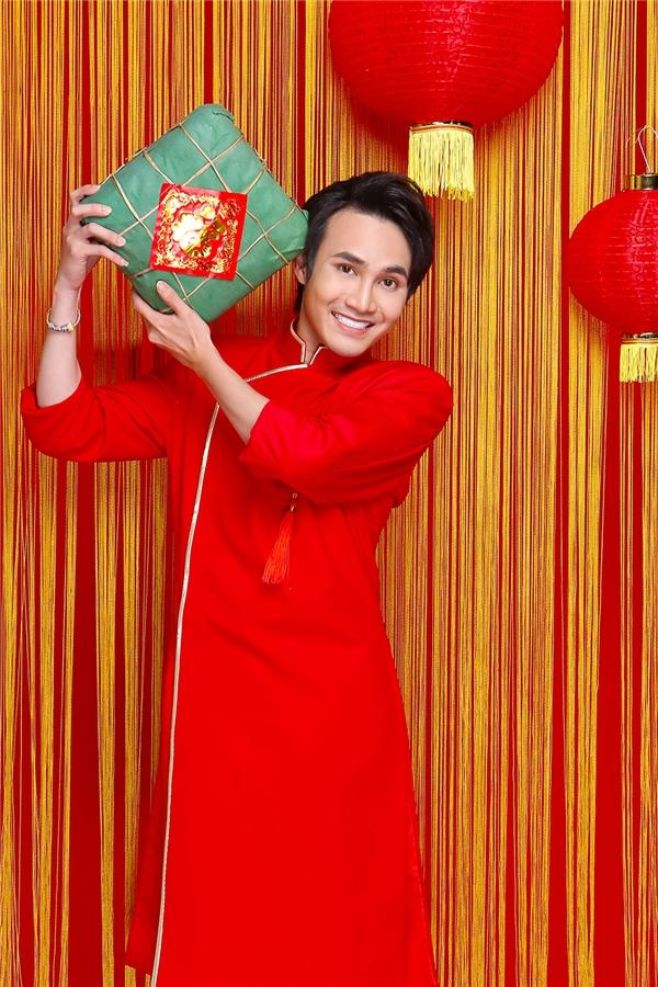 Màu đỏ may mắn biểu tượng cho sự sung túc, phú quý, tài lộc là lời chúc thứ hai mà chàng đạo diễn trẻ muốn gửi gắm đến khán giả. Không chỉ vậy, màu đỏ còn tượng trưng cho sự nhiệt huyết, năng lượng dồi dào mà Huỳnh Lập dành cho nghệ thuật.