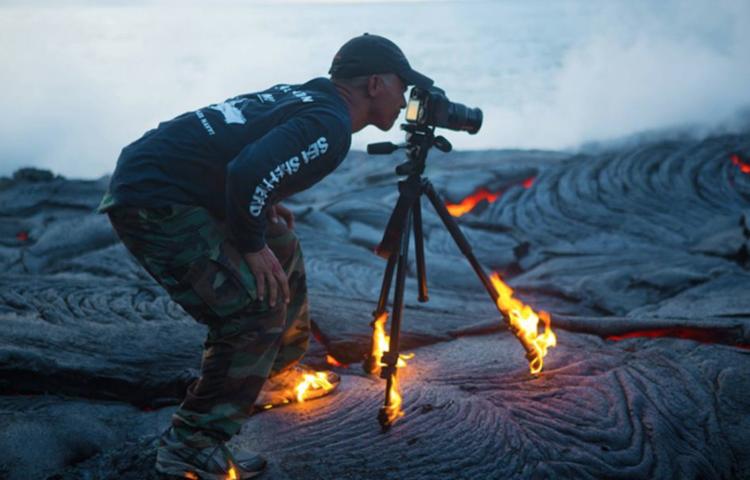 Tác nghiệp ngay trên dòng nham thạch có thể sụp xuống bất cứ lúc nào. Có thể thấy sức nóng kinh khủng đang khiến cho chân máy ảnh bốc cháy. (Ảnh: internet)