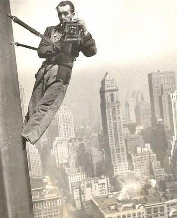 Để có được một tác phẩm ưng ý, nhiếp ảnh gia này đã chọn vị trí cheo leo rất cao và treo mình trên đó để tác nghiệp mà không nề hà nguy hiểm. (Ảnh: internet)