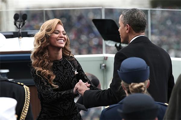 Obama bắt tay với ca sĩBeyoncé khi cô đến tham dự buổi hòa nhạc của ông. (Ảnh: internet)