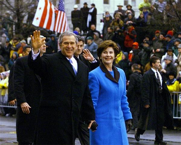 Phu nhânLaura Bush cũng từng diện màu sắc này trong lễ nhậm chức của chồng vào năm 2001.