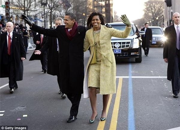 Có vẻ như Tân đệ nhất phu nhân đã có một chút tham khảo từ bộ váy sequin lấp lánh của phu nhân Michelle trong lần nhậm chức đầu tiên của ông Obama vào năm 2009.