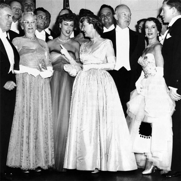 Năm 1953, Mamie Eisenhower (giữa) mặc váy đính hơn 2.000 viên đá quý do Netti Rosenstein thiết kế.