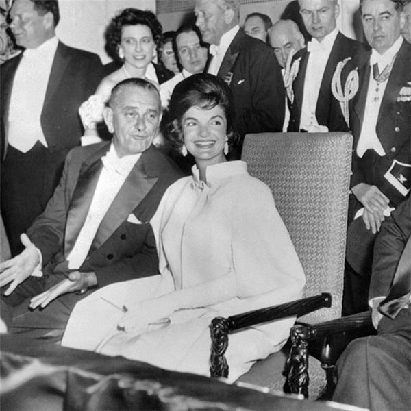 Bà Jackie Kennedy luôn được coi là biểu tượng thời trang toàn cầu. Năm 1961, bà tham dự lễ nhậm chức của John F.Kennedy và gây ấn tượng với váy dáng cape dài của Ethan Frankau.