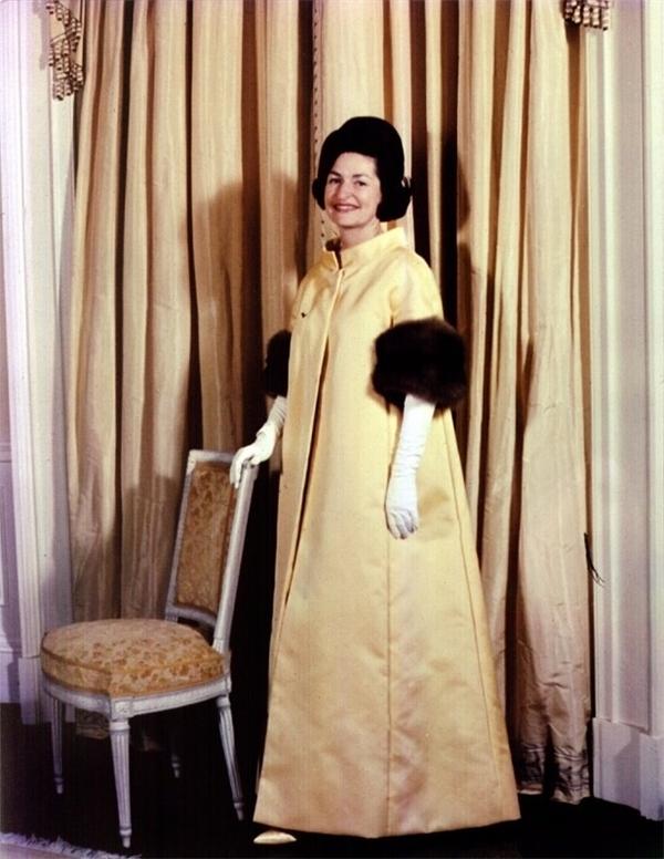 Phu nhân Bird Johnson của Tổng thống Lyndon Johnson tạo ra sự khác biệt với bộ cánh rộng thùng thình của John Mooore.