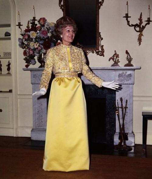 BàPax Nixton đài các trong chiếc váy vàng nạm pha lê.