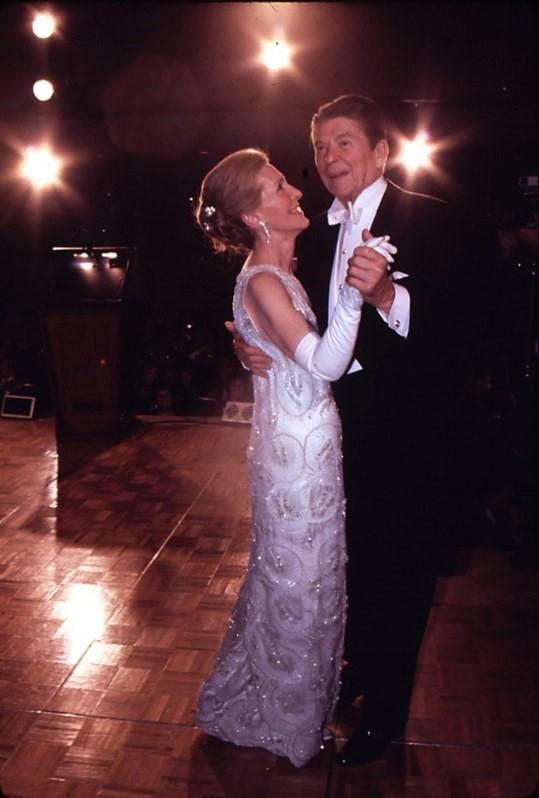Năm 1981, bà Nacy Reagan thu hút hàng triệu ống kính khi khiêu vũ bên chồng - Tổng thống Reagan trong bộ đầm trắng đính pha lê cũng của James Galanos có giá 46.000 USD.