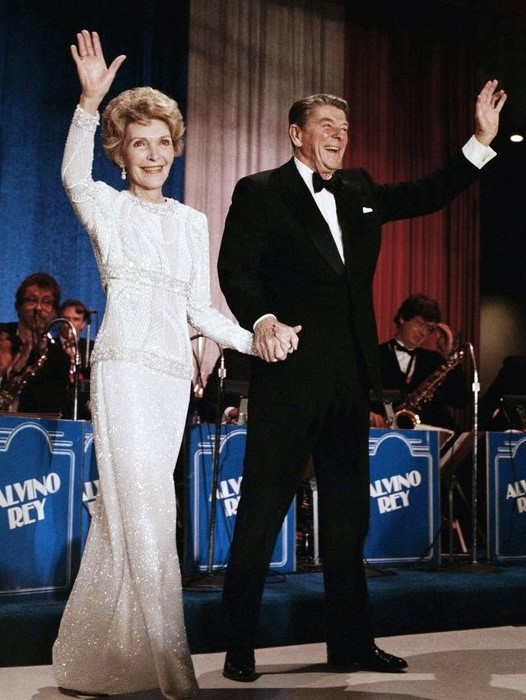 Bà Nacy Reagantrong lễ nhậm chức của chồng mình làTổng thống Reagan.