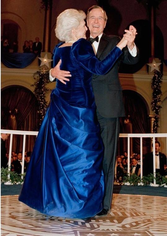 """Bà Barbara Bush mặc váy nhung xanh dương của Arnold Scaasi vào năm 1989. Nhờ bộ váy này, đệ nhất phu nhân được gọi là """"người đàn bà sang trọng nhất nước""""."""