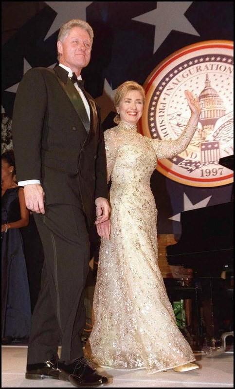 Những người quen ngắm nhìn Hillary Clinton trong trang phục vest cá tính chắc hẳn sẽ trầm trồ khi thấy bà ngọt ngào bên chồng tại lễ nhậm chức của ông vào năm 1997. Đệ nhất phu nhân Mỹ mặc đầm vàng đính kim sa của Oscar de la Renta. Bà Hillary thân thiết với nhà thiết kế danh tiếng sau buổi gặp gỡ hồi năm 1993.